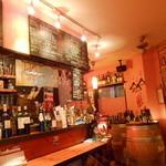 ラグー - ワインバーらしい店内
