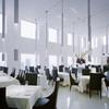 モード ディ ポンテベッキオ - 内観写真:ゆったりとした席配置と、6mの天井高がとても開放的なメインフロア