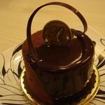 プル トア - チョコケーキにラズベリーソースが入ったもの(360円)