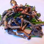 英一番館 - 本日のパスタは、黒ごまを練りこんだパスタにキノコ・蟹などがはいったもの
