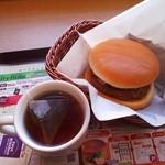 ファーストキッチン - 料理写真:ベーコンエッグバーガー¥290と紅茶+¥100