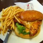 ウルフギャング・パック カフェ - ハニーマスタードチキンバーガー(ポテト大盛り) 980円