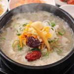 ハンヤン - [ハンヤン]の定番メニューサムゲタン(ランチ\780)。多くのお客様から愛されています。丁寧な仕込が美味しさの秘密であるサムゲタンを。。。