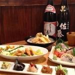 大名食堂 - 名物のチキン南蛮を使ったサラダと刺身の盛り合わせは絶品です!