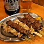 立飲みカドクラ - 串焼おまかせ盛合せ5本(600円)豚のシロ、カシラ、テッポウ、ハツ、タン