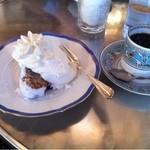 カフェ ラフィーネ - バナナケーキはしっとり、芳醇な味わい。さっぱりとしたクリームが素敵にマッチしています。