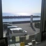 しらす食堂 - 二階食堂の窓からは宇和海が目の前に見えます。