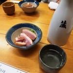 川栄 - 付き出しの「合鴨ロースの燻製」&熱燗W