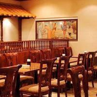 落ち着いた雰囲気の店内でインド料理と共にお酒もお楽しみ下さい。