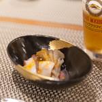 仁 - つきだしは舞茸とタコ、その下にペースト状のなんきんが隠れています。