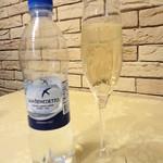 アローラ - お水はガス入りかガスなしを選べます。スプマンテは450円