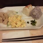 東横INN  - おにぎりを4つも食べている。