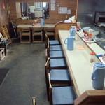久山ラーメン - カウンター、テーブル席、小上がりの座敷の構成で、大衆感高くて、素で昭和。