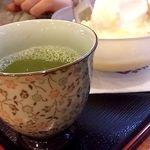 16163470 - 和風のオーダーにはお茶が付きます。