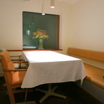 京 静華 - テーブル席が2つ、あとは円テーブルの個室が1つだけ