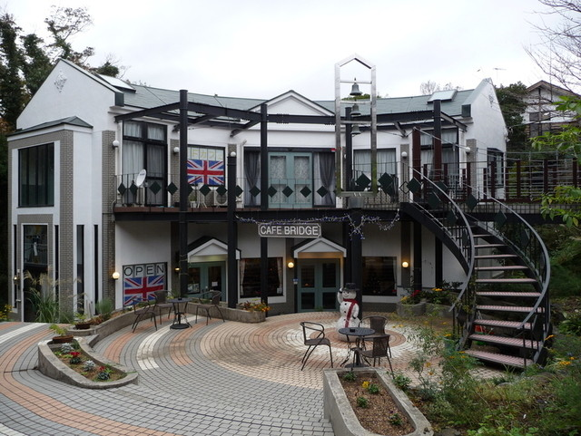 Cafe Bridge , 英国の瀟洒なスタイルの建物はエントランスもお洒落