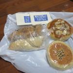 穀 - 胡桃とフルーツパン(180円)イチジクとクリームチーズパン(220円)アンパン(180円)アーモンドクリームパン(200円)