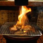 亀戸ホルモン - 2012.12 七輪の上には排煙機、炎が上がってもすぐに氷で消火してくれます