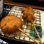 串揚げ ひら乃 - 玉ねぎ(左)とつぶ貝(右)