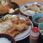 16309198 - 日替わり(唐揚げ定食)と単品で「アジフライ」と「モツ炒め」