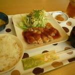 すぷーん - 料理写真:鶏もも肉のソテー玉ねぎソース