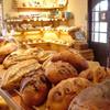 ブランパン - 内観写真:焼立てパンの香り漂う、温かい雰囲気が居心地の良い店内