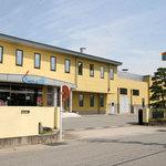 梅かま - 黄色い建物と看板が目印です。