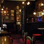 英国パブ シャーロックホームズ - お店の内装も古い時代の英国パブのイメージで、ホームズにぴったりだね。