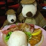 英国パブ シャーロックホームズ - やわらかくてとっても美味しいローストビーフです。白身魚のフライもすごく美味しいよ。サクッと揚がった衣にレモン汁をかけて頂きました。