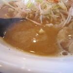 中華そば 山ねこ - ややとろみのあるスープ。  鶏白湯に3種類に煮干や魚節類を合わせてあるそうです。
