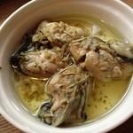 スタンディングワインバー アワ - 牡蠣のガーリックオイル漬け。これはなかなかの美味でした(*´∀`*)