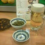 鉄なべ - 生ビール(\550)と、セットの小鉢(写真は高菜)です