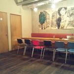 ビオオジヤンカフェ プラス - 壁のでっかいイラストが印象的。