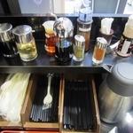 山岸一雄製麺所 - カウンターの備品。