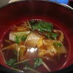 隠れ家ダイニングなべや - 醤油強めの出汁スープ。