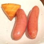 カフェ ジータ - チーズとソーセージの熱々燻製。 注文を受けてから燻製します。