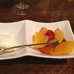 カフェ ジータ - クリームチーズとドライフルーツ。 合わせて食べると魔物的にうまい。