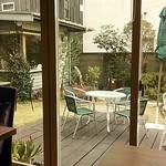 ちえのケーキ 鎌倉由比ガ浜ガーデンカフェ - 店内からテラスを望む