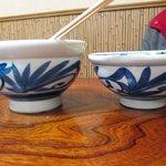 讃松庵 - 右 少なめの丼 左は麺半分の丼