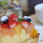 ピピン カフェ - フルーツタルト ¥520 アーモンドクリームたっぷりのタルトに炊き立てカスタードをしぼりフルーツをどっさり乗せました。