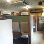 でんぷん - 電車の車内を改造した店内は全席コンパートメント。