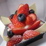 新宿高野 - ベリー系がいっぱい乗ったケーキでした!