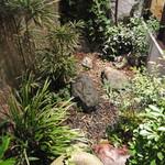 山せみ - 小さなお庭があります