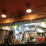 ビストロ・ソングラム - うまいもの屋オーラを発する店内1