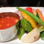 ビストロカフェ レディース&ジェントルメン - トマトとオニオンのスパイシーカレー 旬の素揚げ野菜を添えて のアップ