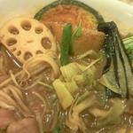 ベジスパ - 丸腸カレーを食べ進んで行くとさらに別の種類の野菜が登場。もやしは丸腸カレーならでは(多分)