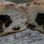 16722356 - ・クルミレーズン カット香ばしいクルミの生地にレーズンをつぶさないよう混ぜ込んだ直火焼のパン byポップ