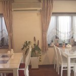 パオパオ - 白を基調とした大理石のテーブルは落ち着いたイタリアンカフェを思い出します。