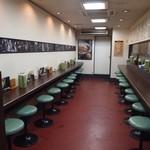 西町大喜 - カウンター席は壁を向いて座る