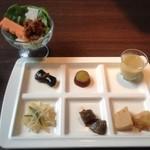 大地の台所 恵み - 前菜と水耕栽培の野菜スティックと一口野菜ジュース